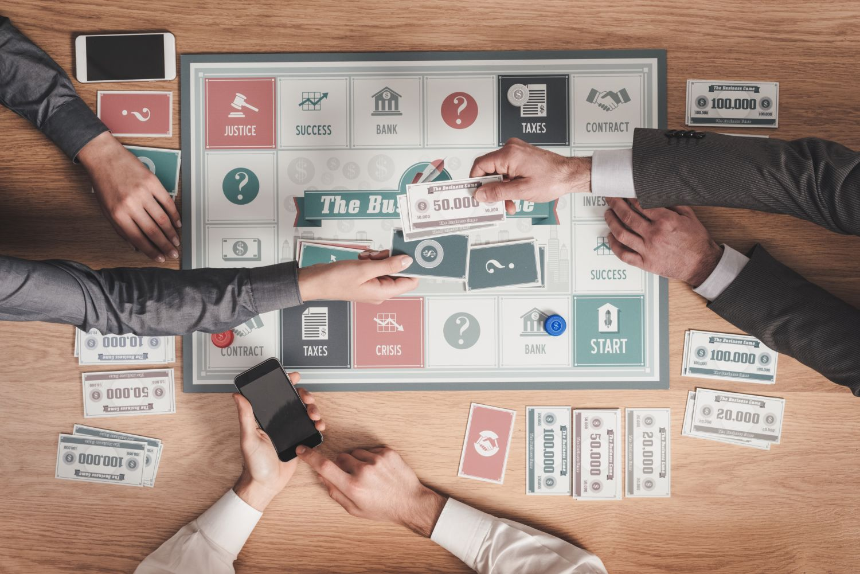 mężczyźni grający w grę biznesową